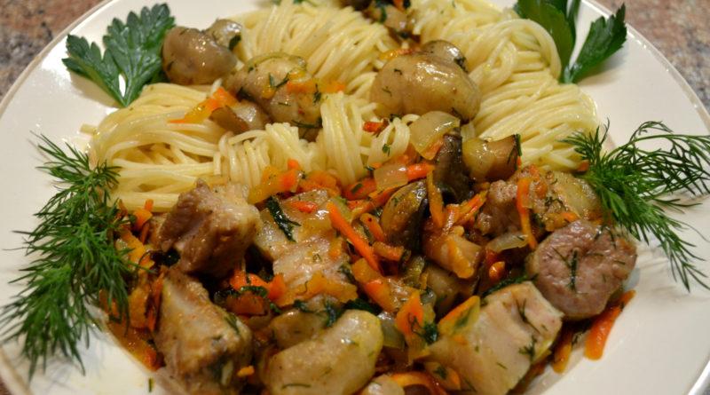 Спагетти со свининой и свежими шампиньонами