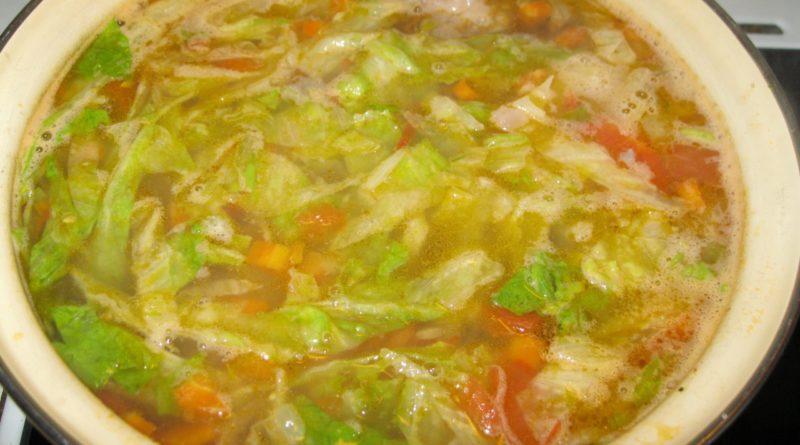 Суп с карамелизированным луком, перловкой и листовой капустой (или латуком)