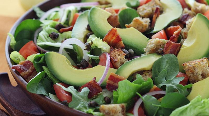 Салат из авокадо и бекона