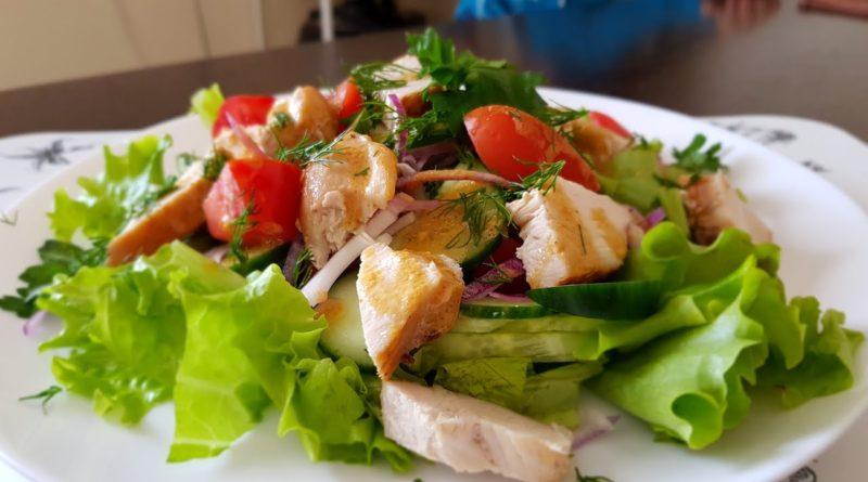 Теплый салат из куриной грудки с овощами