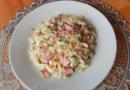 Простой и быстрый салат с колбасой, капустой и помидорами