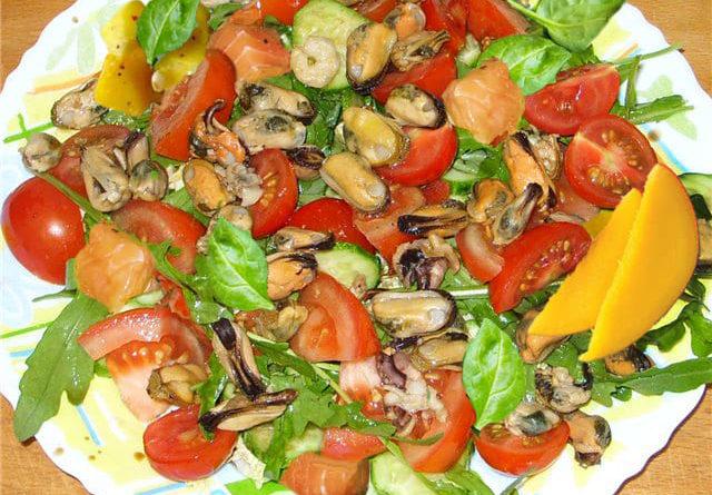 Легкий красивый салат с мидиями и форелью