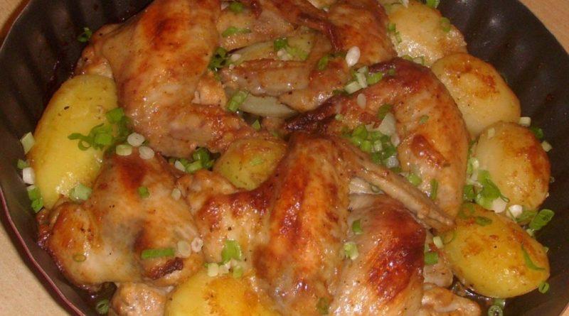 Куриные крылышки, запечённые с картошкой