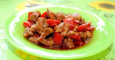 Гoвядинa, тушенная в соусе из помидоров и сладкого перца