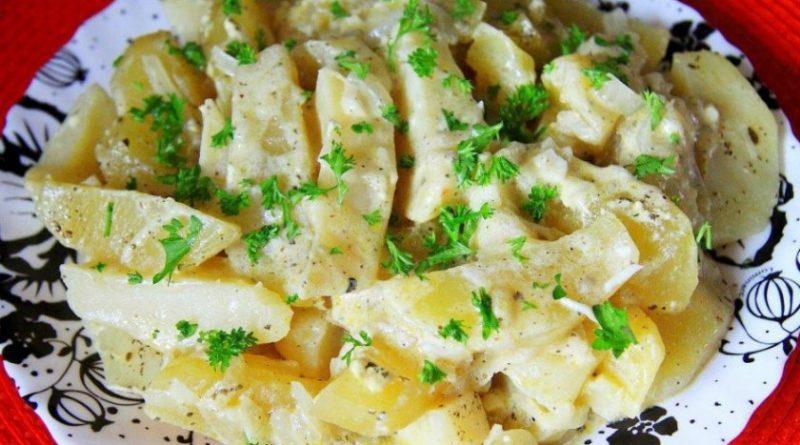 Картошка, тушенная в сметане с зеленью