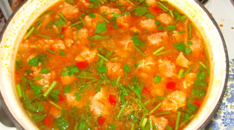 Томатный суп с вермишелью и зелёным луком