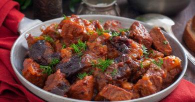 Говядина в винно-томатном соусе