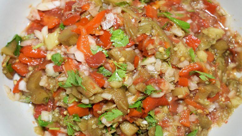 Овощи в духовке – один из вариантов любимой икры из баклажан