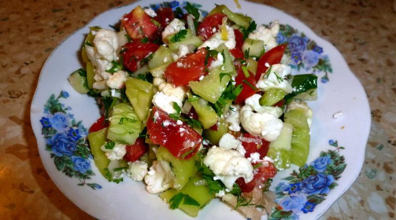 Салат из цветной капусты с болгарским перцем и помидорами
