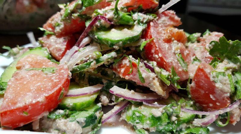 Салат из помидоров и огурцов, с луком, зеленью и ореховой заправкой
