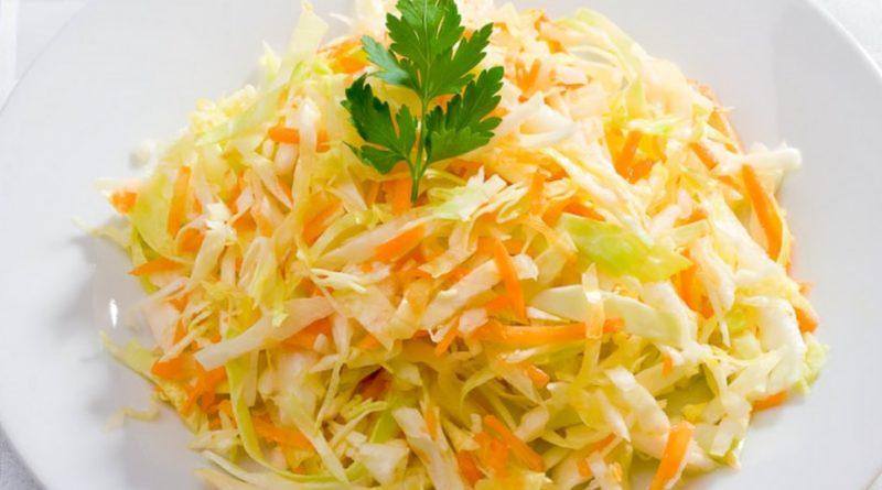 """Салат """"Витаминный"""" из капусты, моркови и лука"""
