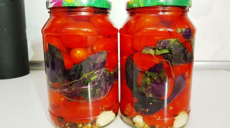 Маринованные помидоры с базиликом и перцем (на зиму)