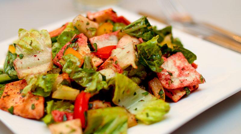 Фатуш (салат из овощей, зелени и кусочками поджаренной питы (лаваша))