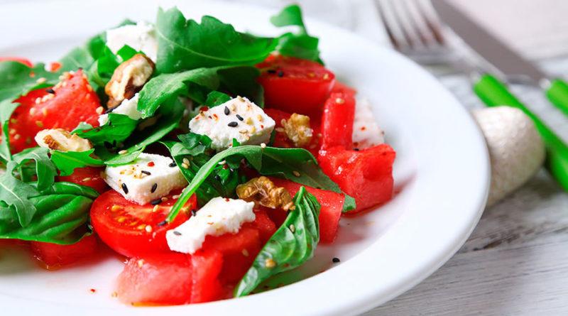 Салат из помидоров с брынзой и базиликом