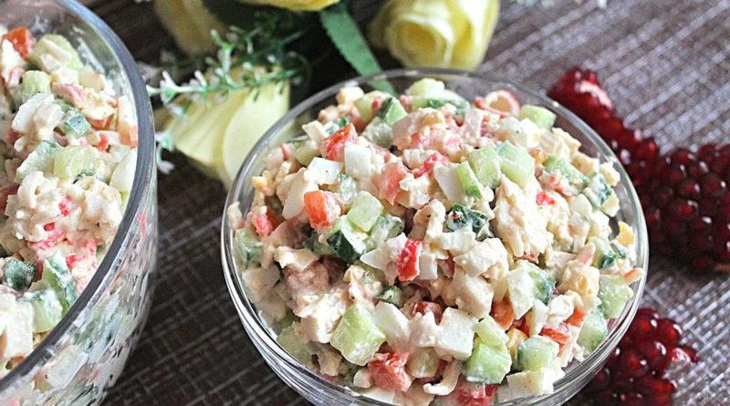 Крабовый салат с маринованными огурцами