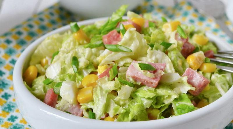 Капустный салат с ветчиной, огурцами и кукурузой