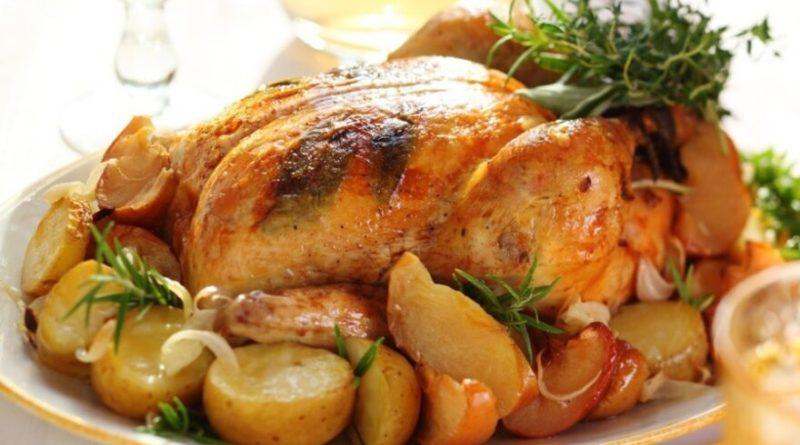 Курица, запечённая с картошкой и яблоками