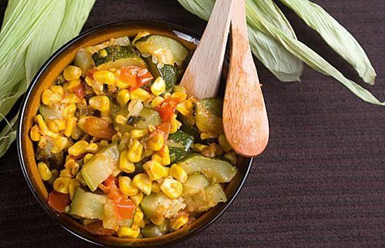 Горячий салат из кукурузы и цуккини