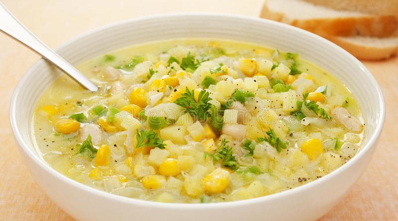 Куриный суп с яйцами и консервированной кукурузой