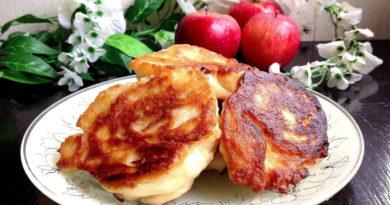 Дрожжевые оладушки на молоке с яблоками
