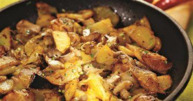 Жареная картошка с грибами маслятами и сметаной