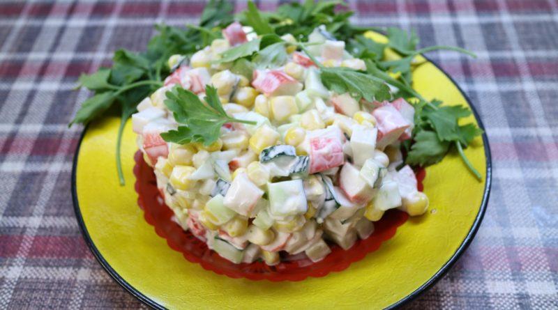 Капустный салат с крабовыми палочками, сыром и оливками