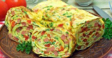 Яичный рулет с колбасой, помидорами и зеленью