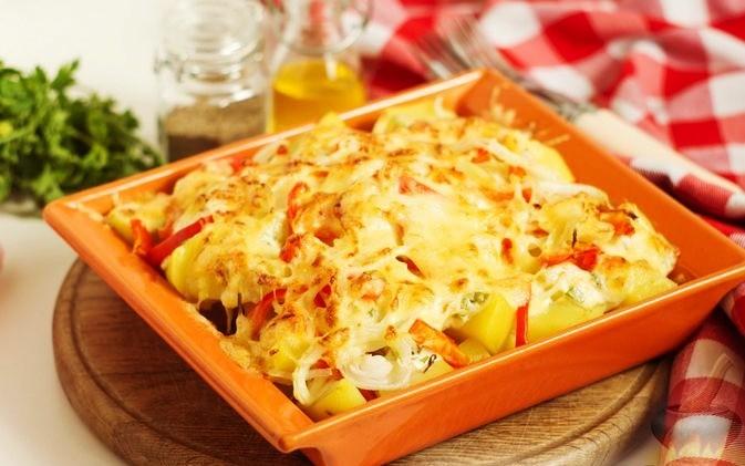 Картофель в заливке с копчёным сыром