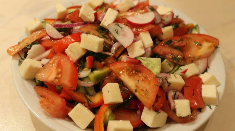 Салат из перца, помидоров и сыра