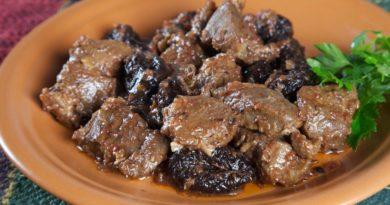 Говяжья печень, тушенная с черносливом и красным вином