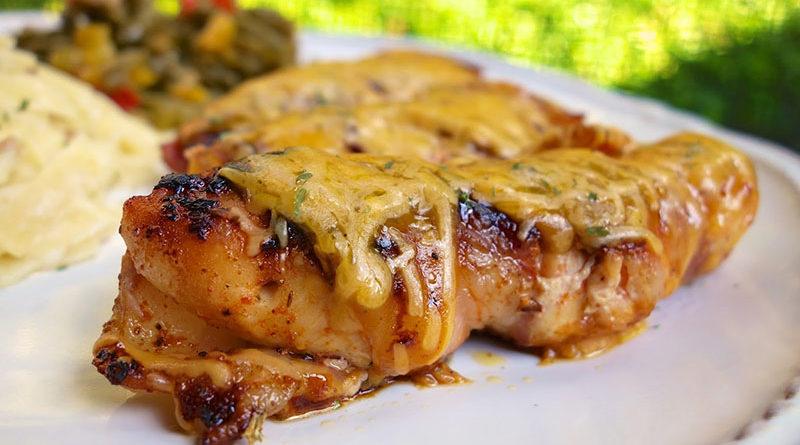 Куриные бёдрышки, запечённые с томатным соусом и сыром