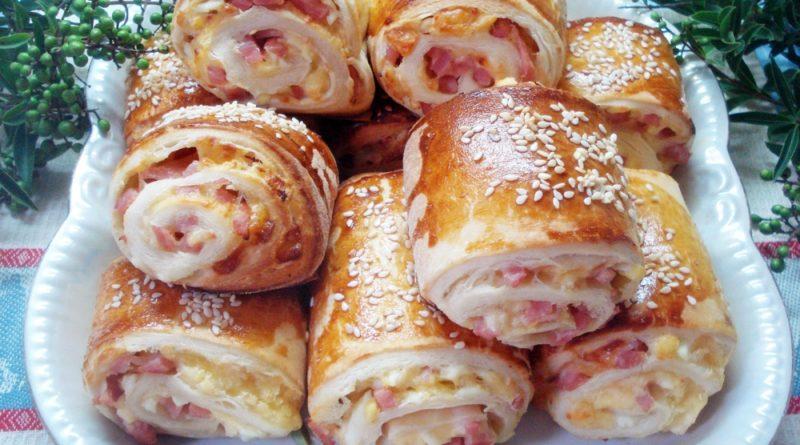 Мини-слойки с колбасой и сыром