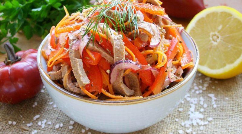 Салат из капусты с жареным мясом, болгарским перцем и огурцом
