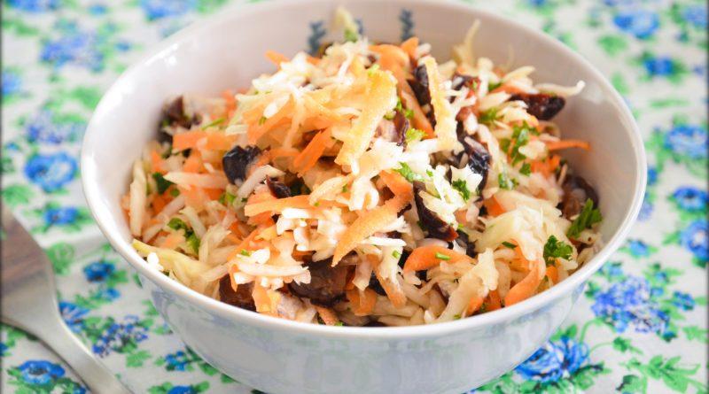Салат из капусты с морковью, черносливом и грецкими орехами