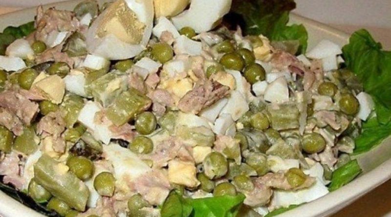 Салат с маринованными огурцами, яйцами и сметанно-горчичной заправкой