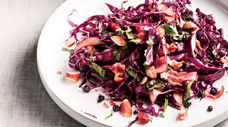 Салат из краснокочанной капусты с копченой колбасой и изюмом