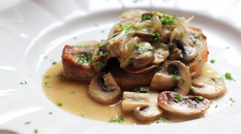 Свиной окорок в сливочно-грибном соусе