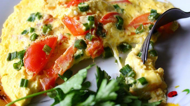Пряная яичница с помидорами и сыром
