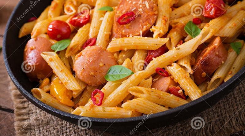 Макароны с колбасой и сладким перцем в томатном соусе