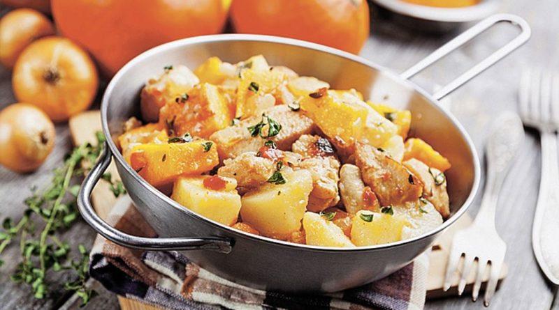 Тушеный картофель в томатно-сметанном соусе с овощами