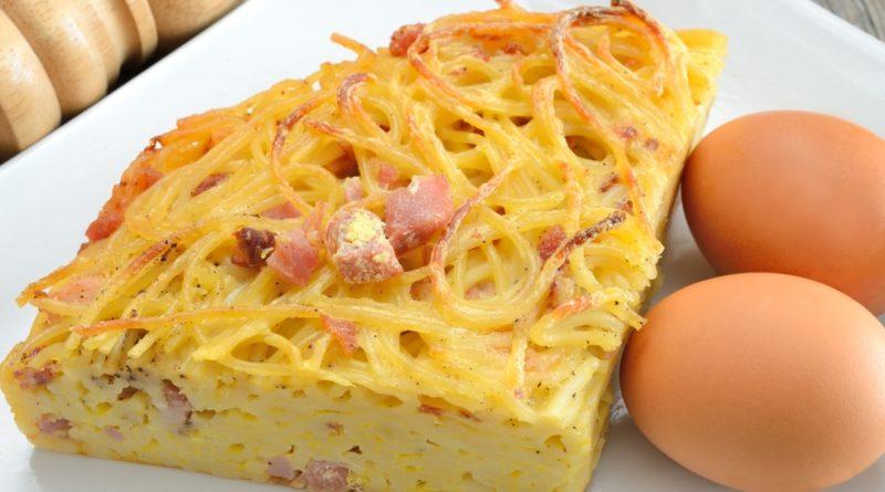 Омлет со спагетти и сыром