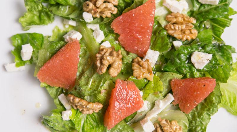 Салат с грейпфрутом, фетой и грецкими орехами