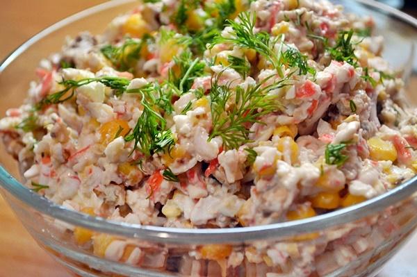 Крабовый салат с грецкими орехами