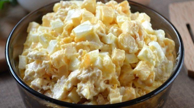 Салат с кукурузой, сыром и яйцами