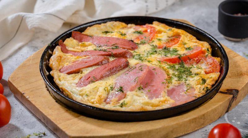 Омлет с жареным сыром и колбасой