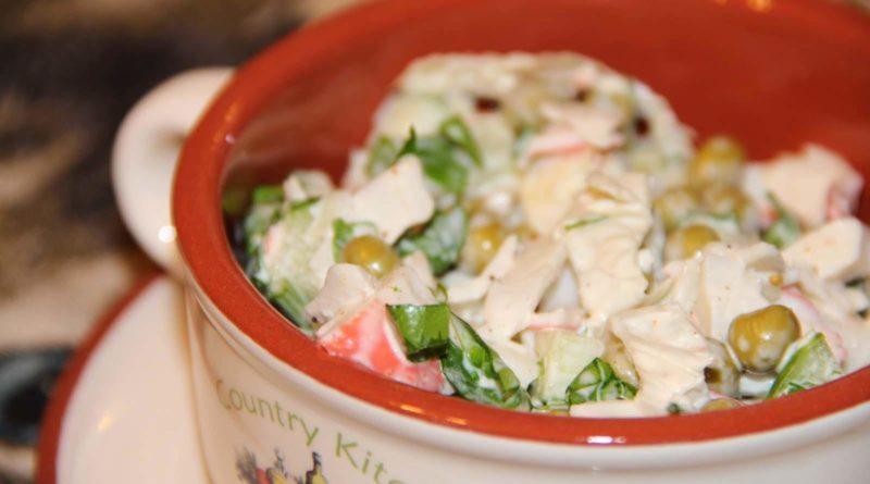 Салат из крабовых палочек, яиц и зеленого горошка