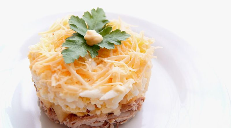 Слоёный салат с куриной грудкой и апельсинами