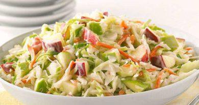 Легкий салат из капусты с морковью и яблоком