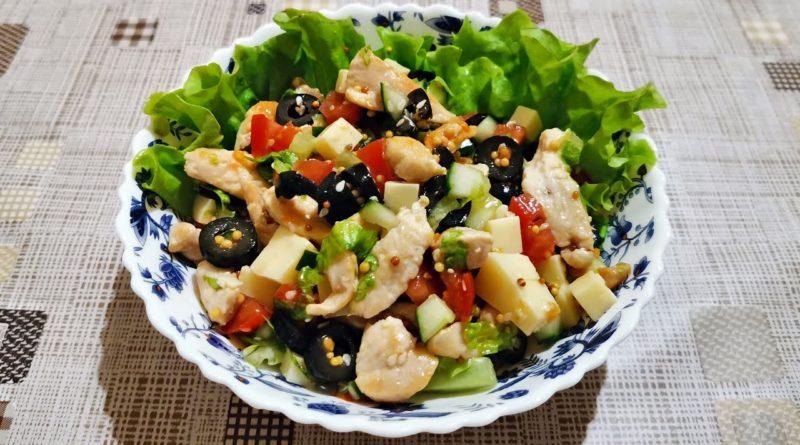 Салат с курицей, овощами и маслинами