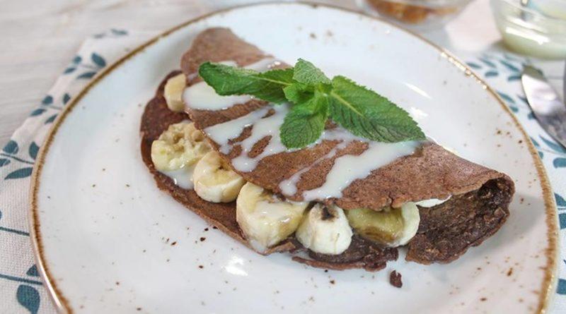 Шоколадный овсяноблин с начинкой из творога и бананов